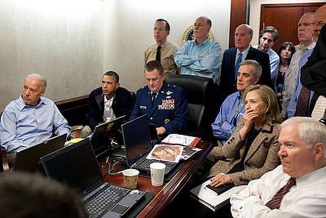 So sánh ảnh ông Trump, ông Obama quan sát giết trùm khủng bố - Ảnh 2.