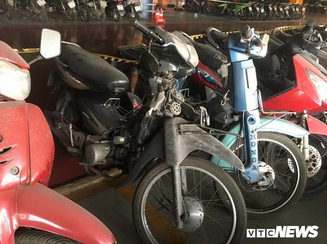 Ảnh: Hàng trăm xe máy bị bỏ rơi, thành cục nợ ở sân bay Tân Sơn Nhất - Ảnh 7.