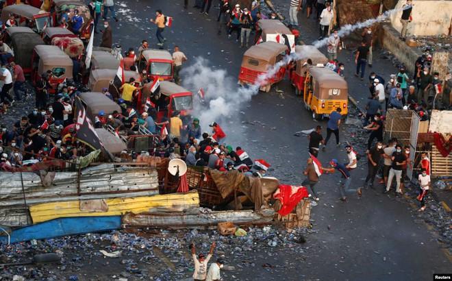 24h qua ảnh: Xe bus rơi xuống hố tử thần trên đường phố Mỹ - ảnh 2