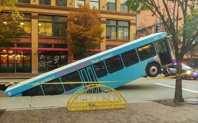 24h qua ảnh: Xe bus rơi xuống hố tử thần trên đường phố Mỹ