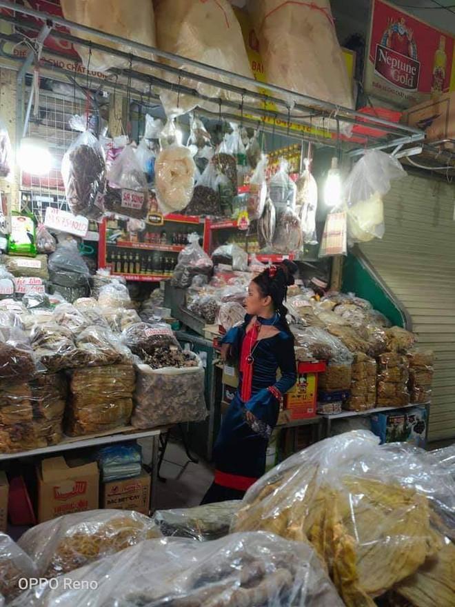 Người phụ nữ hóa trang cực chất để... bán hàng ở chợ: Khách tò mò tới chỉ chụp ảnh - Ảnh 2.