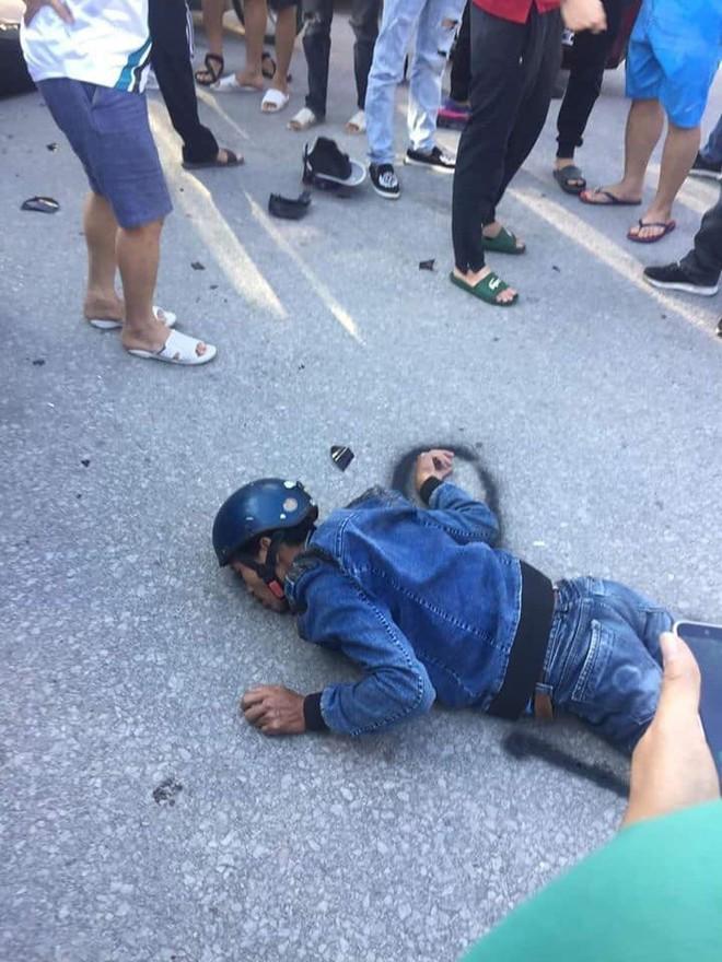 Người đàn ông chạy xe máy đối đầu xe tải, nằm bất động, ai cũng nghĩ đã tử vong nhưng phút cuối mới kinh ngạc  - Ảnh 1.