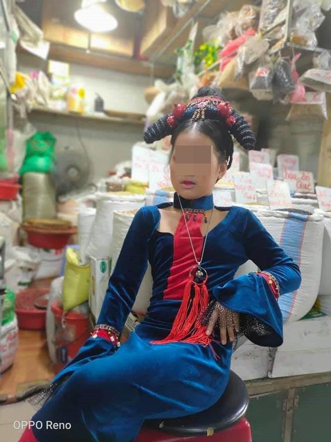 Người phụ nữ hóa trang cực chất để... bán hàng ở chợ: Khách tò mò tới chỉ chụp ảnh - Ảnh 3.