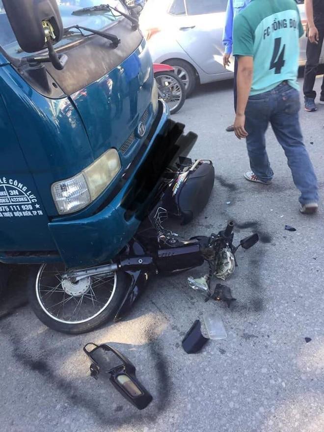 Người đàn ông chạy xe máy đối đầu xe tải, nằm bất động, ai cũng nghĩ đã tử vong nhưng phút cuối mới kinh ngạc  - Ảnh 2.