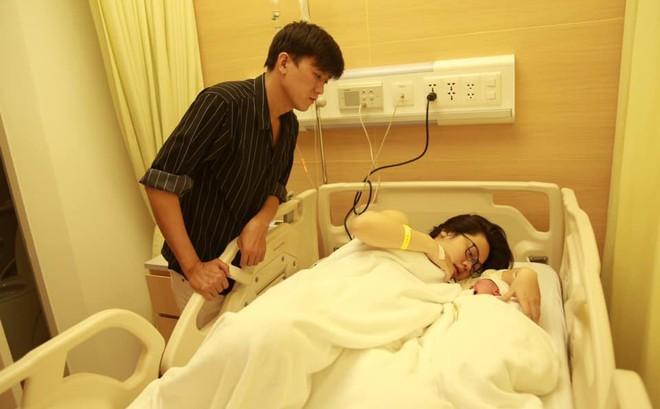 Quách Ngọc Tuyên hạnh phúc đón con gái đầu lòng với bạn gái kém 10 tuổi