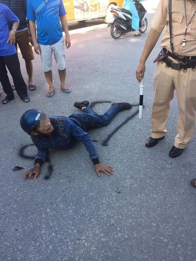 Người đàn ông chạy xe máy đối đầu xe tải, nằm bất động, ai cũng nghĩ đã tử vong nhưng phút cuối mới kinh ngạc  - Ảnh 4.