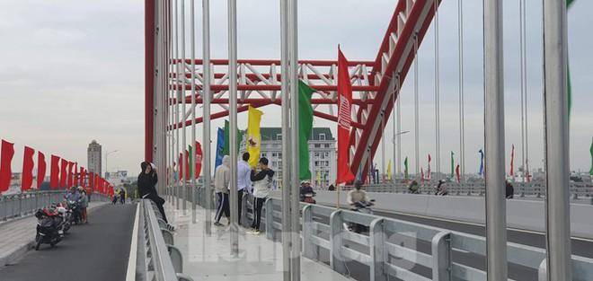 Người dân vô tư đỗ xe check in trên cây cầu hiện đại nhất Hải Phòng - Ảnh 1.
