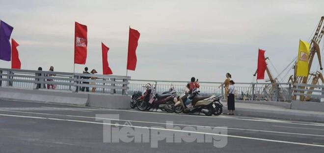 Người dân vô tư đỗ xe check in trên cây cầu hiện đại nhất Hải Phòng - Ảnh 3.