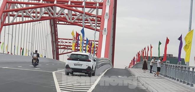 Người dân vô tư đỗ xe check in trên cây cầu hiện đại nhất Hải Phòng - Ảnh 4.
