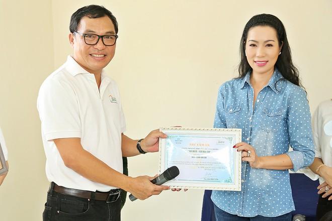 Trịnh Kim Chi trao nhà tình thương cho cô bé bị liệt 2 chân, sống ở chuồng bò - Ảnh 3.