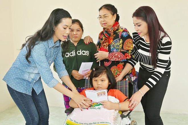 Trịnh Kim Chi trao nhà tình thương cho cô bé bị liệt 2 chân, sống ở chuồng bò - Ảnh 2.