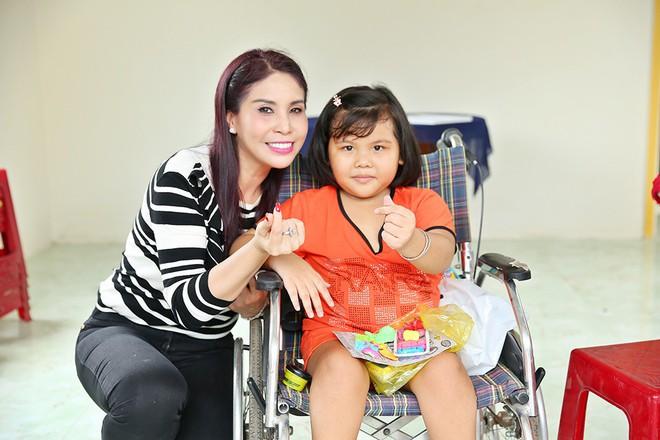 Trịnh Kim Chi trao nhà tình thương cho cô bé bị liệt 2 chân, sống ở chuồng bò - Ảnh 6.