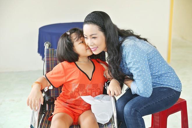Trịnh Kim Chi trao nhà tình thương cho cô bé bị liệt 2 chân, sống ở chuồng bò - Ảnh 4.