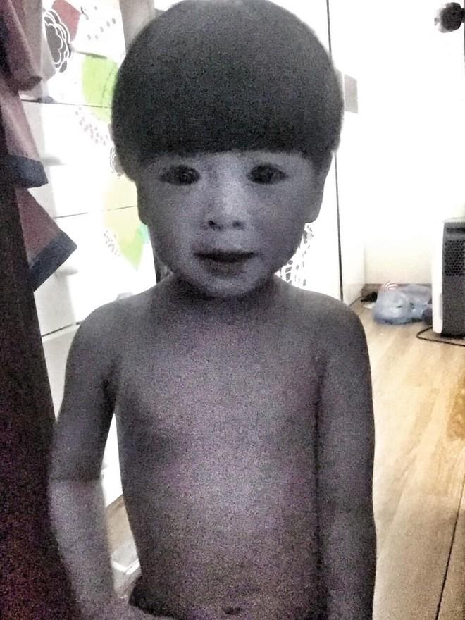 """Mẹ là fan ruột"""" của phim kinh dị, con trai 2 tuổi hóa nhân vật rùng rợn khiến tất cả hoảng sợ - ảnh 1"""