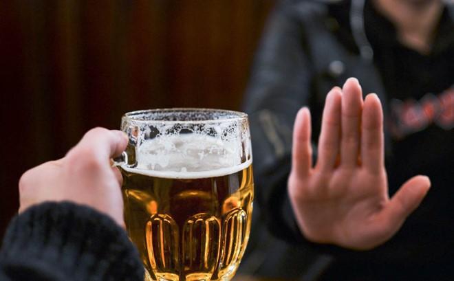Các ông bố nên dừng việc uống rượu bia trước 6 tháng khi có ý định thụ thai