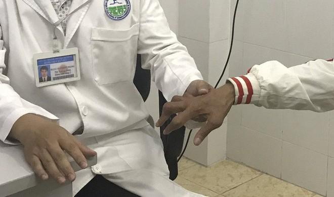 Uống thuốc lạ người đàn ông bị rút gân 1 cách đáng sợ - Ảnh 1.