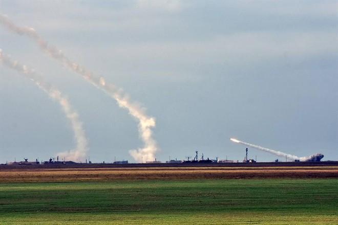 Ukraine bất ngờ khai hỏa S-300 dữ dội sát bán đảo Crimea - ảnh 1
