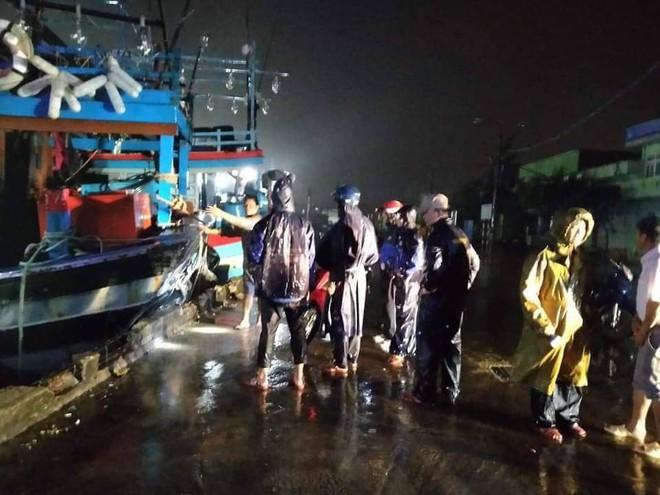 Bão đổ bộ trong đêm, cây ngã đổ la liệt, nhiều địa phương ở Phú Yên, Bình Định mất điện - Ảnh 7.
