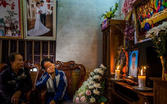 NYT phỏng vấn gia đình nghi có người thân trong 39 người chết ở Anh: Sau mỗi bức ảnh thờ là một câu chuyện buồn!