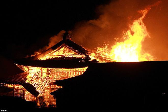 [ẢNH, VIDEO] Toàn bộ di tích 600 tuổi bị biển lửa kinh hoàng nuốt chửng, người dân Nhật choáng váng và đau xót - ảnh 1