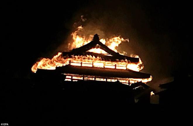 [ẢNH, VIDEO] Toàn bộ di tích 600 tuổi bị biển lửa kinh hoàng nuốt chửng, người dân Nhật choáng váng và đau xót - ảnh 2