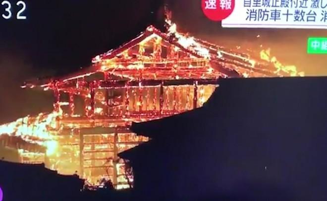 [ẢNH, VIDEO] Toàn bộ di tích 600 tuổi bị biển lửa kinh hoàng nuốt chửng, người dân Nhật choáng váng và đau xót - ảnh 5