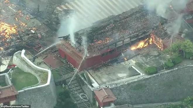 [ẢNH, VIDEO] Toàn bộ di tích 600 tuổi bị biển lửa kinh hoàng nuốt chửng, người dân Nhật choáng váng và đau xót - ảnh 12