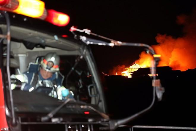 [ẢNH, VIDEO] Toàn bộ di tích 600 tuổi bị biển lửa kinh hoàng nuốt chửng, người dân Nhật choáng váng và đau xót - ảnh 9