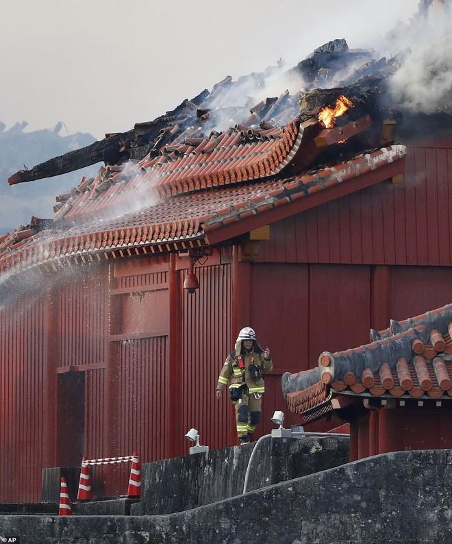 [ẢNH, VIDEO] Toàn bộ di tích 600 tuổi bị biển lửa kinh hoàng nuốt chửng, người dân Nhật choáng váng và đau xót - ảnh 10