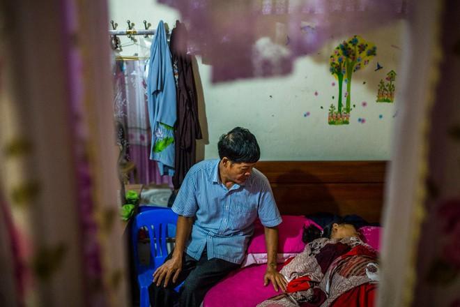 NYT phỏng vấn gia đình nghi có người thân trong 39 người chết ở Anh: Sau mỗi bức ảnh thờ là một câu chuyện buồn! - Ảnh 2.