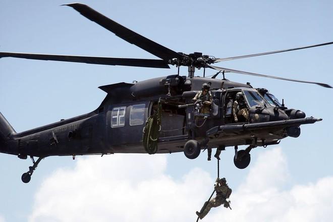 Trực thăng Diều hâu đen chở đặc nhiệm Mỹ tiêu diệt trùm khủng bố IS - ảnh 12