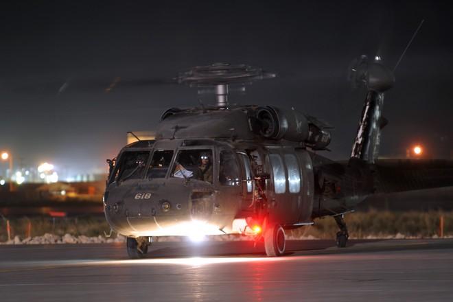 Trực thăng Diều hâu đen chở đặc nhiệm Mỹ tiêu diệt trùm khủng bố IS - ảnh 13