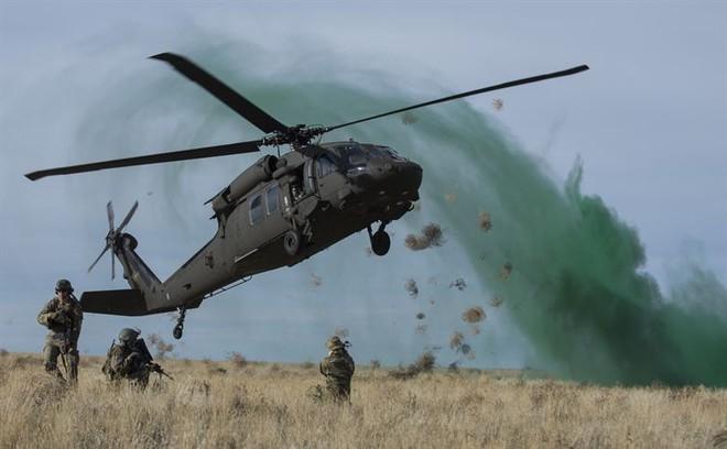 Trực thăng Diều hâu đen chở đặc nhiệm Mỹ tiêu diệt trùm khủng bố IS - ảnh 14