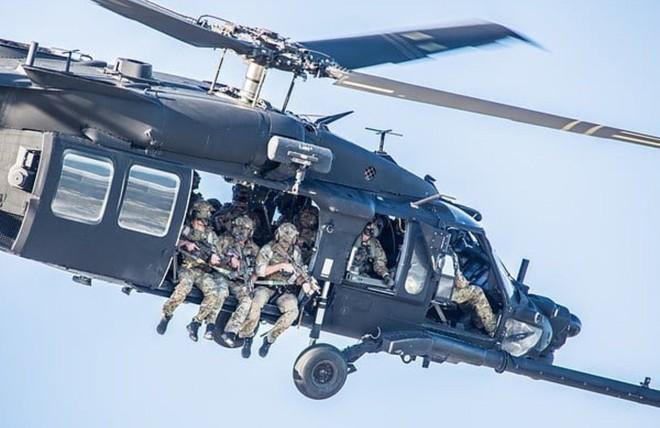 Trực thăng Diều hâu đen chở đặc nhiệm Mỹ tiêu diệt trùm khủng bố IS - ảnh 15