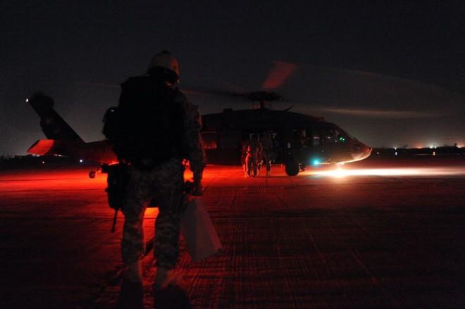 Trực thăng Diều hâu đen chở đặc nhiệm Mỹ tiêu diệt trùm khủng bố IS - ảnh 16