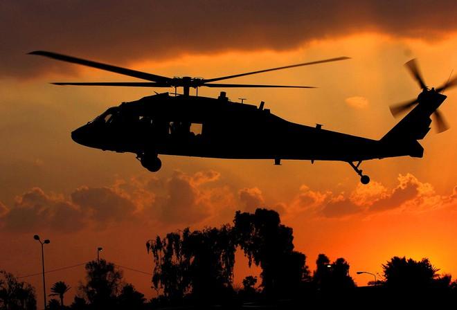 Trực thăng Diều hâu đen chở đặc nhiệm Mỹ tiêu diệt trùm khủng bố IS - ảnh 17