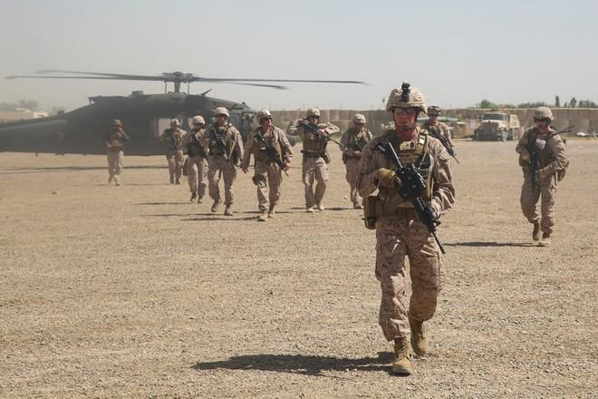 Trực thăng Diều hâu đen chở đặc nhiệm Mỹ tiêu diệt trùm khủng bố IS - ảnh 7