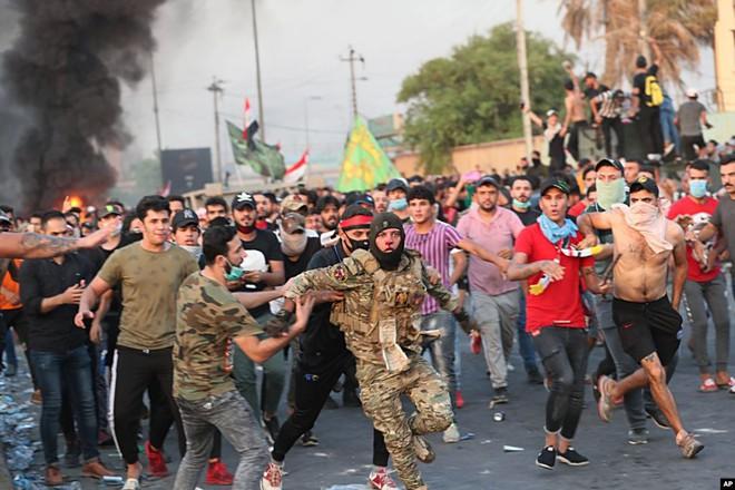 24h qua ảnh: Cảnh sát Iraq tháo chạy khỏi người biểu tình - Ảnh 3.