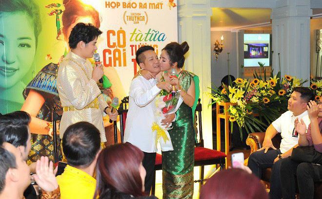 Thúy Nga xúc động hôn Minh Nhí tại buổi họp báo