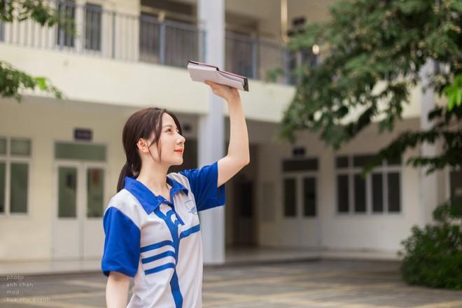 """""""Bất chấp"""" mọi kiểu đồng phục vẫn xinh đẹp nổi bật nhất trường, nữ sinh ngành Báo tận dụng lợi thế để thử sức với nhiều công việc - Ảnh 2."""