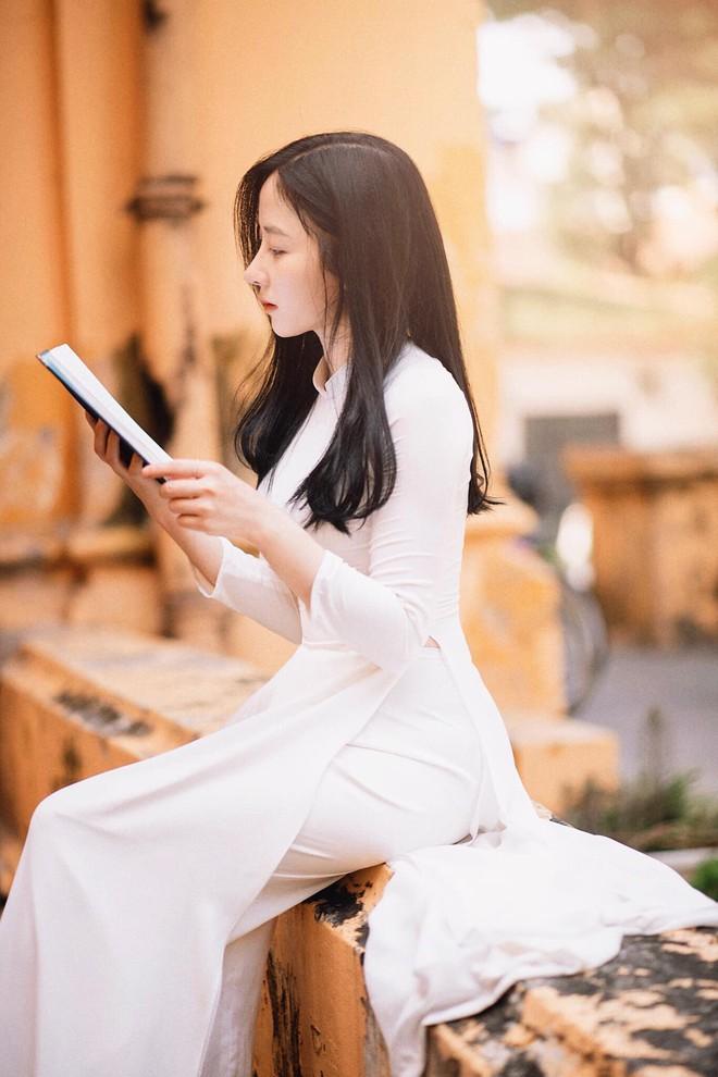 """""""Bất chấp"""" mọi kiểu đồng phục vẫn xinh đẹp nổi bật nhất trường, nữ sinh ngành Báo tận dụng lợi thế để thử sức với nhiều công việc - Ảnh 3."""
