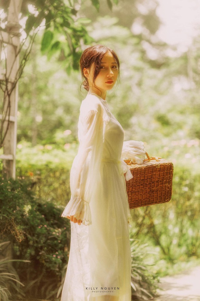 """""""Bất chấp"""" mọi kiểu đồng phục vẫn xinh đẹp nổi bật nhất trường, nữ sinh ngành Báo tận dụng lợi thế để thử sức với nhiều công việc - Ảnh 8."""