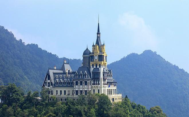 """Đại gia kín tiếng chi bao nhiêu tiền để xây lâu đài """"khủng"""" trên đỉnh Tam Đảo?"""