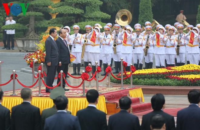 Thủ tướng Nguyễn Xuân Phúc chủ trì lễ đón Thủ tướng Campuchia Hun Sen - Ảnh 1.