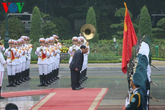 Thủ tướng Nguyễn Xuân Phúc chủ trì lễ đón Thủ tướng Campuchia Hun Sen - Ảnh 2.