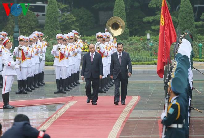 Thủ tướng Nguyễn Xuân Phúc chủ trì lễ đón Thủ tướng Campuchia Hun Sen - Ảnh 3.