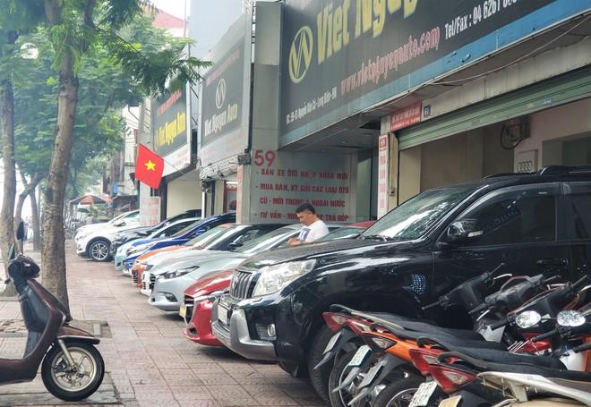 Thượng vàng, hạ cám từ xế sang bạc tỷ đến xe cỏ siêu rẻ tại chợ ô tô lớn nhất Hà Nội - Ảnh 2.