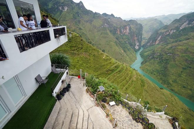 Hàng trăm lượt khách tiếp tục check-in tại tòa gai bê tông trên đèo Mã Pì Lèng, nhà hàng trang bị thêm thang - Ảnh 6.