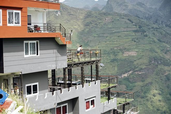 Cận cảnh gai bê tông cao 7 tầng không phép trên đèo Mã Pì Lèng - Ảnh 4.