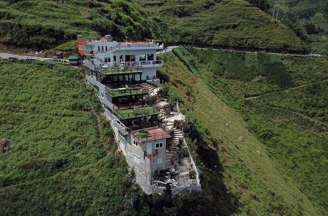 Cận cảnh gai bê tông cao 7 tầng không phép trên đèo Mã Pì Lèng - Ảnh 2.